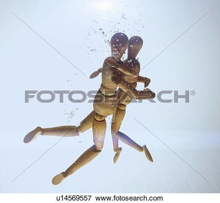 Picture of Wooden figurines hugging in water u14569557.